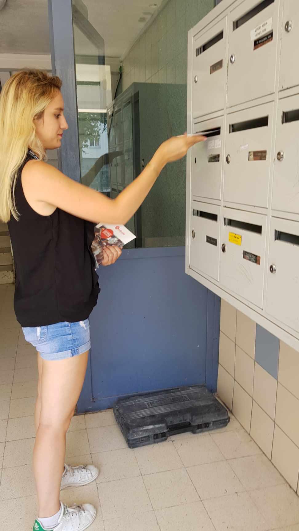 distribution de flyers et prospectus publicitaires hall d'immeuble