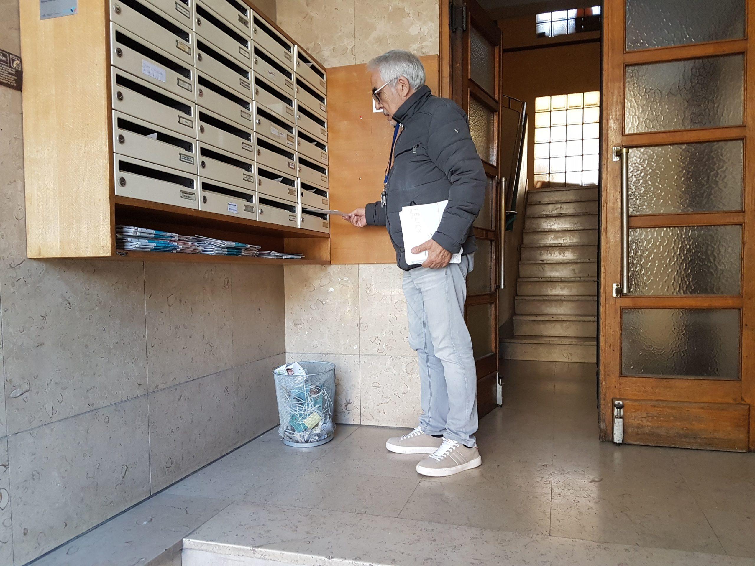 distribution boites aux lettres hall d'entrée d'immeuble