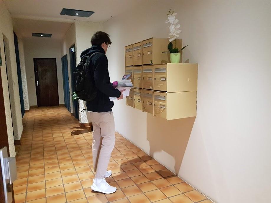 distribution en boites aux lettres hall d'immeuble