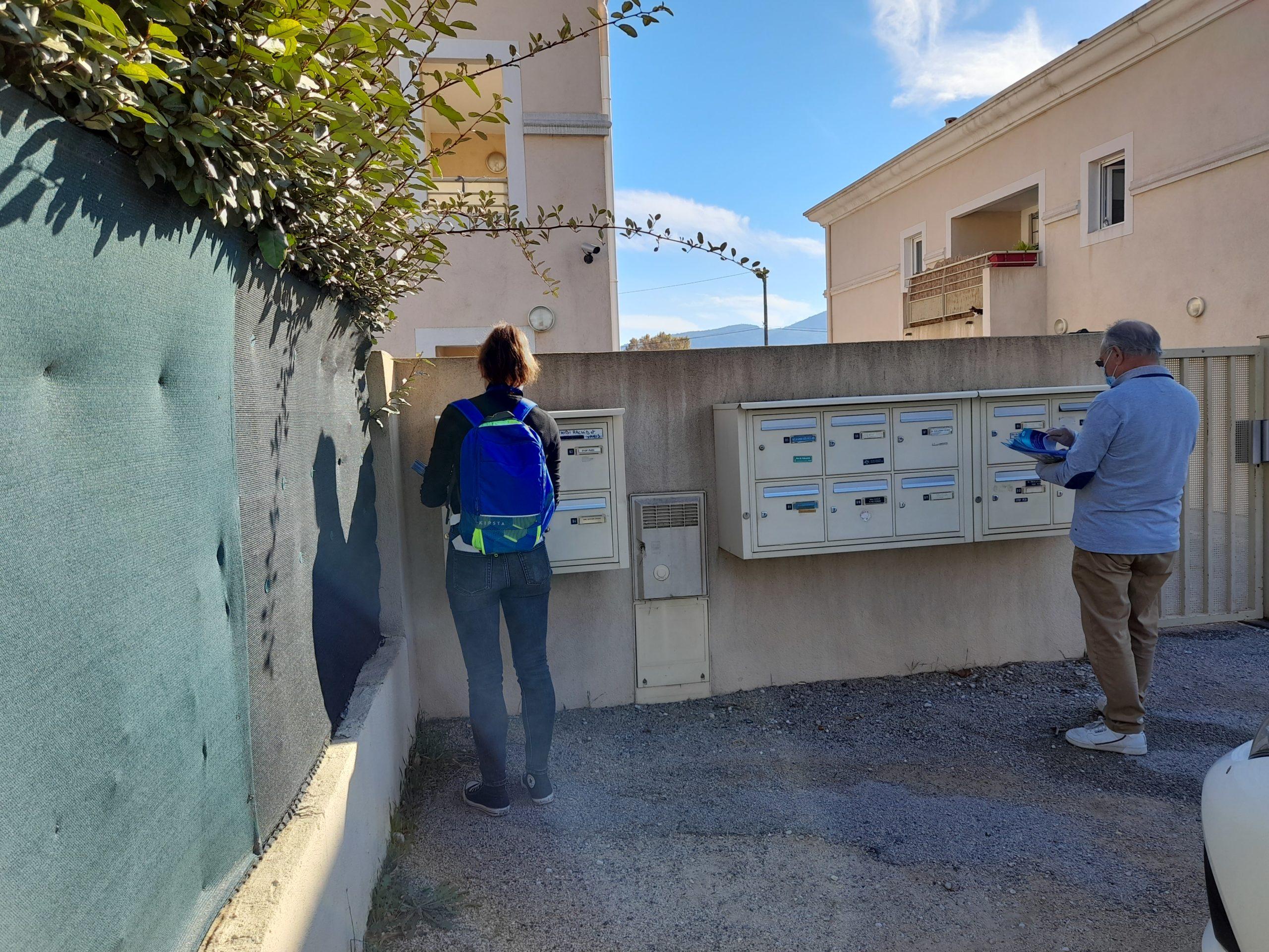 deux distributeurs en train de mettre en boites aux lettres sur Brignoles