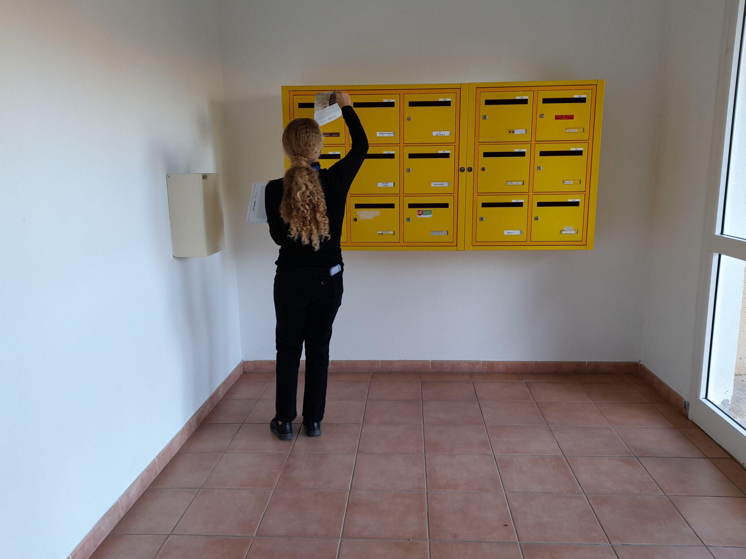 hôtesse hall d'entrée d'immeuble