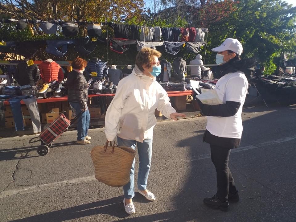 distribution flyers avec hôtesse sur marché Plan de Cuques