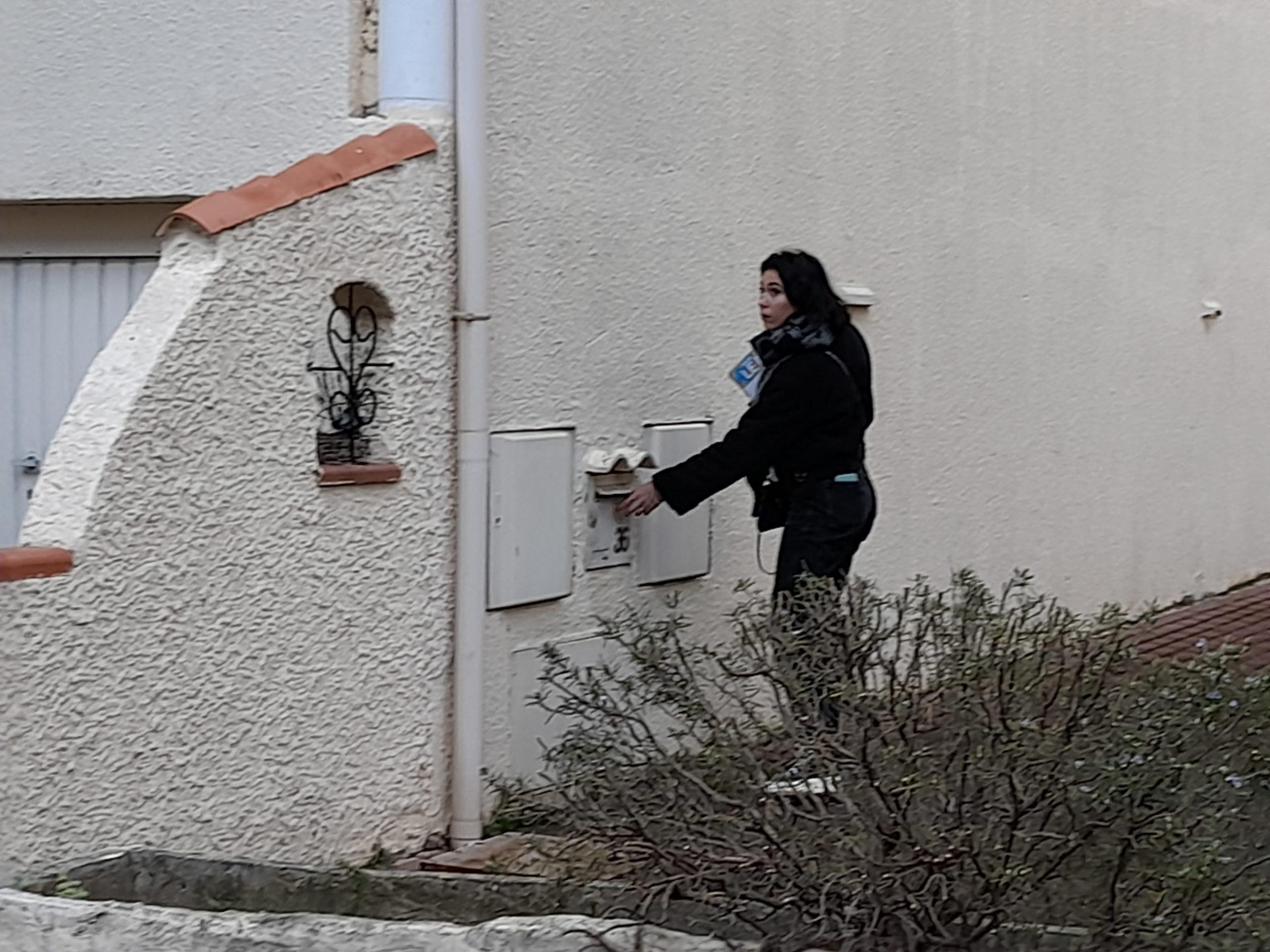 hôtesse en distribution de boites aux lettres dans un lotissement de Marseille
