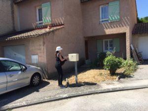 Distribution d'imprimés publicitaires à Venelles par une de nos hôtesses sur une boites aux lettres dans un lotissement