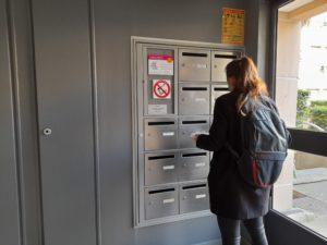 distribution de prospectus dans les boites d'une entrée d'immeuble