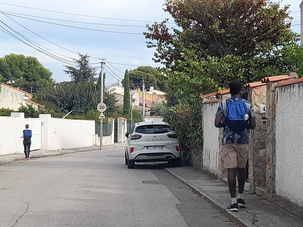 hote marchant dans une rue de la Ciotat
