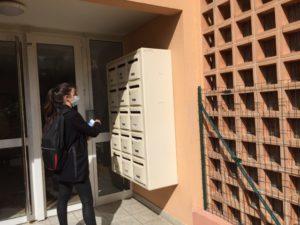 Distribution de prospectus Marseille par hôtesse cedex entrée d'immeuble