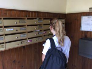 Hostesse distribuant dans un cedex de hall d'entrée d'immeuble