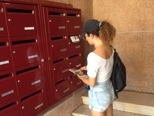 Distribution de prospectus sur Marseille par une hôtesse dans une résidence
