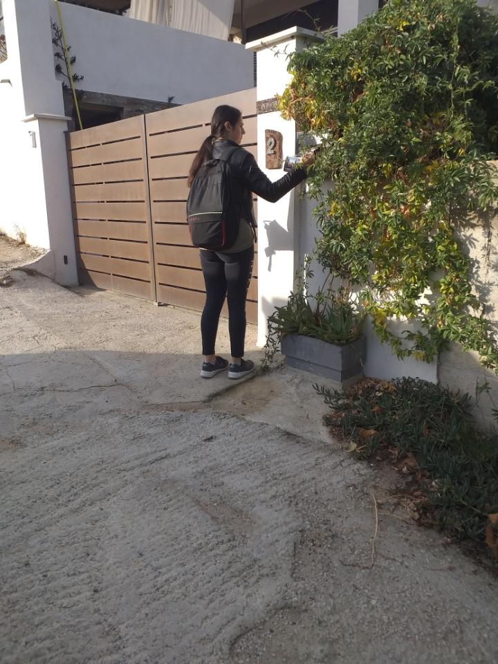 hôtesses mettant un flyer dans une boites au lettre de villa sur La Ciotat