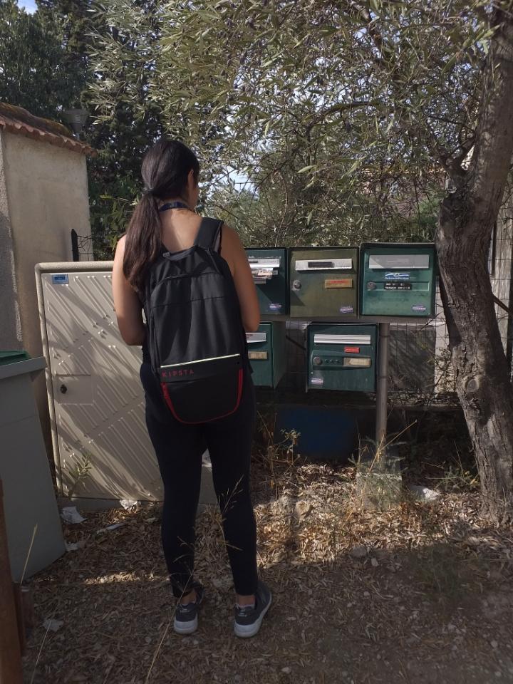 hôtesse distribuant des flyers sur un cedex en bord de route de campagne sur la Ciotat