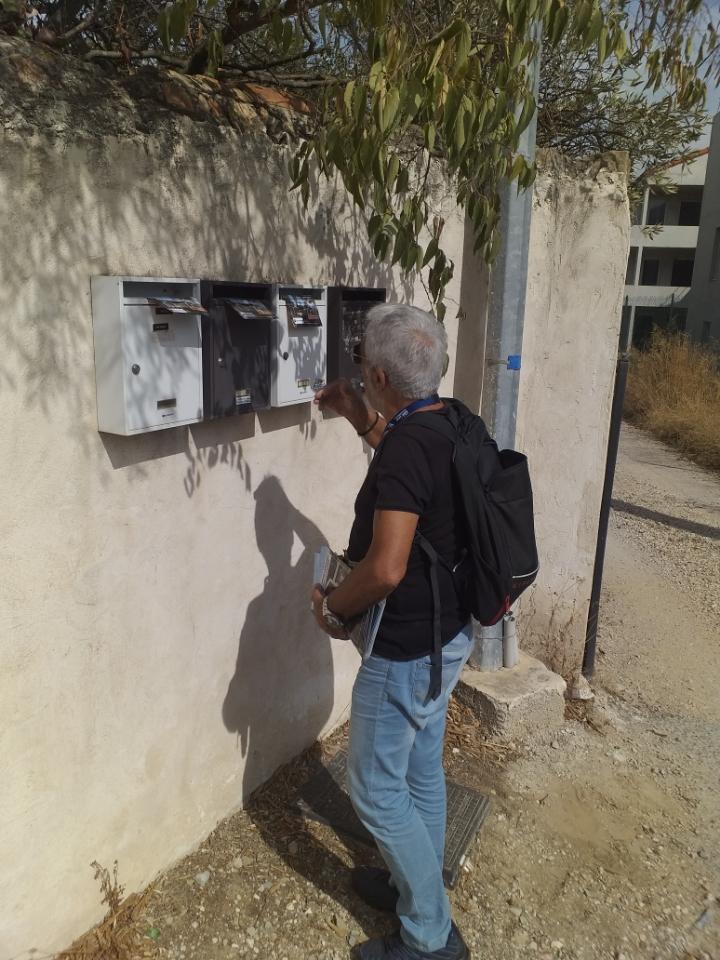 distributeur en train de mettre des flyers dans les boites des villas de la ciotat