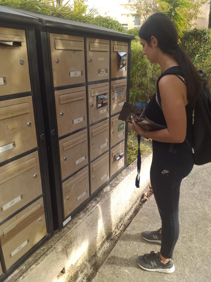 hôtesse distribuant un cedex de résidence sur la Ciotat